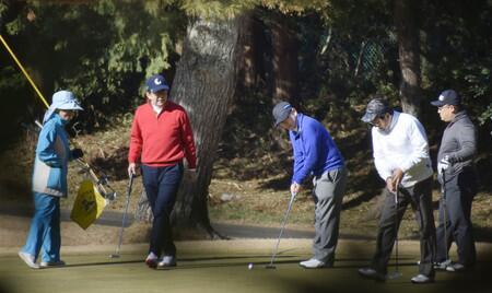 安倍晋三与前任首相秘书官等打高尔夫,直呼状态一般